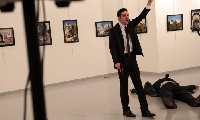 Atirador gesticula após atirar contra embaixador em Ancara - Burhan Ozbilici / AP