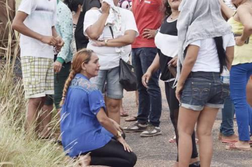 Familiares de presos da Penitenciária Agrícola de Monte Cristo aguardam por informações após rebelião que deixou pelo menos 33 mortos, em Roraima (Rodrigo Sales/FolhaBV)