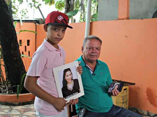 Irmão da vítima e pai de Gabriela (à direita) contou que sente a presença da filha (Foto: Adneison Severiano/G1 AM)