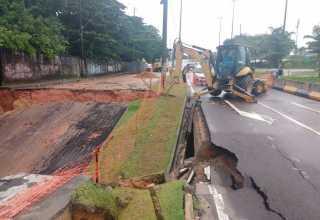 A chuva da manhã deste domingo, 16, fez ceder um pouco mais da Avenida Lóris Cordovil, Alvorada, zona Centro-Oeste. / Foto recebida no Whatsapp