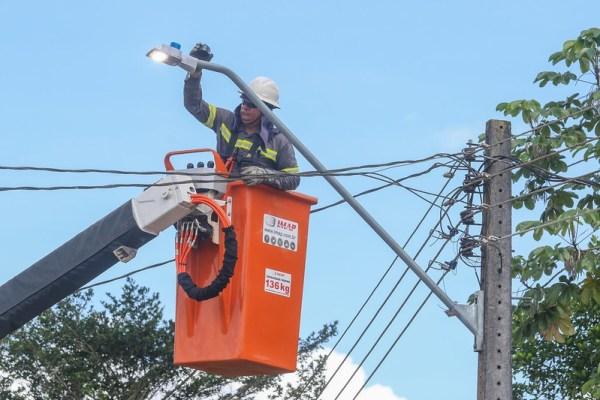 Prefeitura avança com mais 1.200 novos pontos de iluminação a LED nos bairros de Manaus / Foto – Marcio Melo / Seminf
