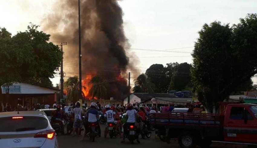 População se revolta e incedeia prédios e carros públicos em Humaitá - Imagem: Via Whatsapp