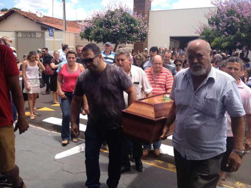 Corpo de Kelly Cadamuru foi levado do velório para o cemitério de Guapiaçu (Foto: Heloísa Casonato/G1)