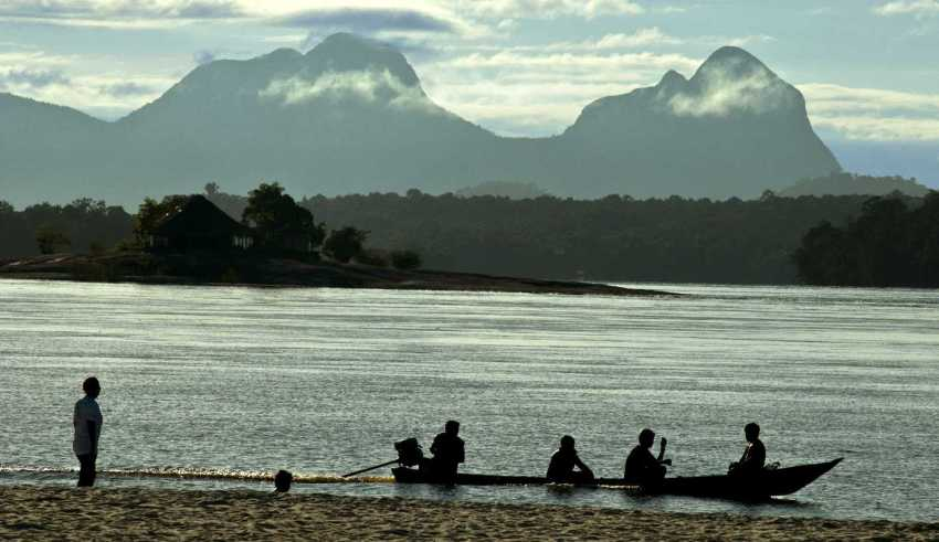 Praia e Serra da Bela Adormecida, São Gabriel da Cachoeira / Foto : Mário Vilela
