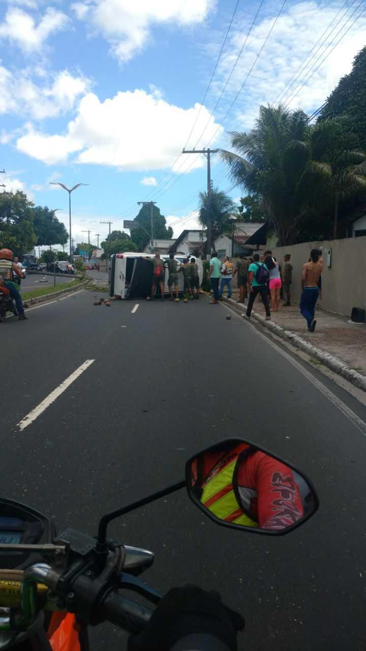 Carro capota e derruba poste na Avenida Sao Jorge Zona Oeste de Manaus - Imagem: Via Whatsapp