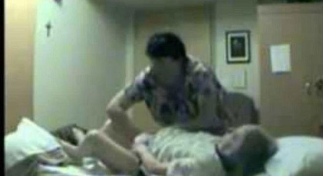 Enfermeiros se aproveitam de idosa em asilo enquanto acham que não estão sendo filmados. / Reprodução Youtube