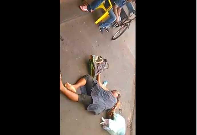 Mulher é agredida com banco dentro de bar porque pedia comida à clientes - Imagem: Reprodução