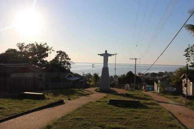Casas de madeira reunidas atrás do obelisco do Cristo   Foto: Divulgação/Assessoria Prefeitura de Silves
