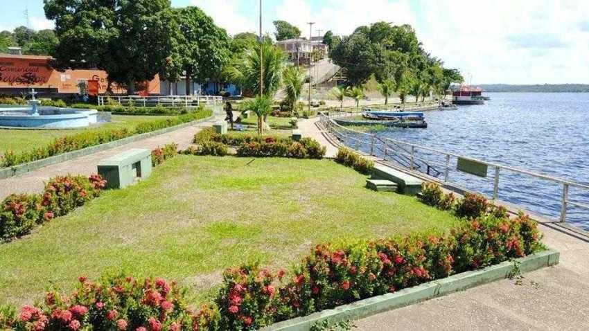 Quem chega às margens da cidade se depara com a praia grande e o jardim frontal, feito com hibiscos, papoulas e flores da região   Foto: Divulgação/Assessoria Prefeitura de Silves