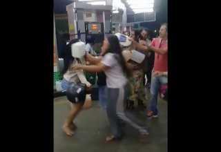 Mulheres saem na briga por causa de gasolina em fila de posto - Imagem: Divulgação