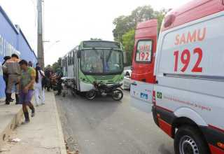 Dupla caiu do ônibus após motorista abrir a porta (Foto: Eliana Nascimento/G1 AM ) Dupla caiu do ônibus após motorista abrir a porta (Foto: Eliana Nascimento/G1 AM )