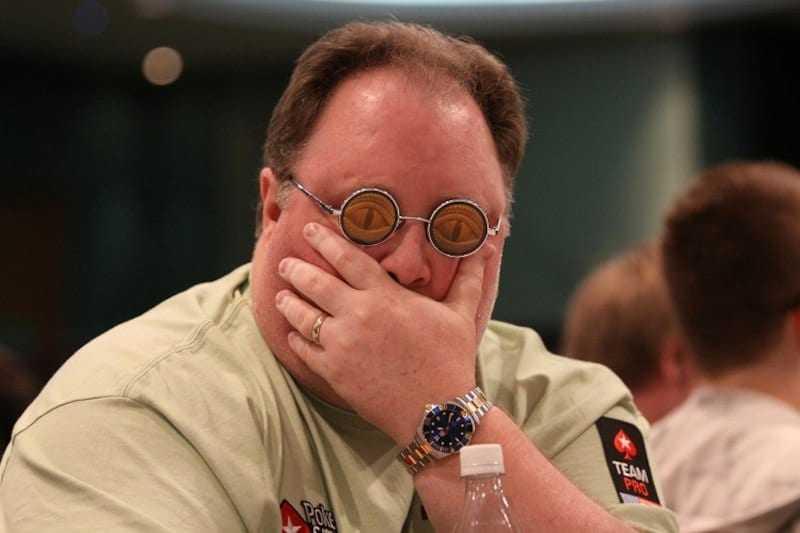 """Fotopor Pokerstars/Divulgação """"Greg 'Fossilman' Raymer e seus óculos característicos"""""""