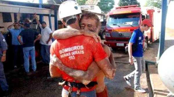 Homem abraçando bombeiro