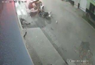 Câmera flagra momento em que caminhão sem freio leva tudo pelo caminho!