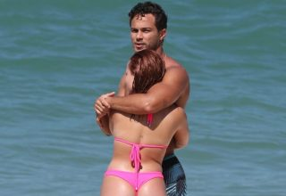 Larissa Manoela e André Luiz se beijam em praia do Rio Larissa Manoela e André Luiz chegam juntos à praia Larissa Manoela e André Luiz em clima de romance
