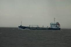 Kümo-Tanker Antares läuft gegen die Wellen an.