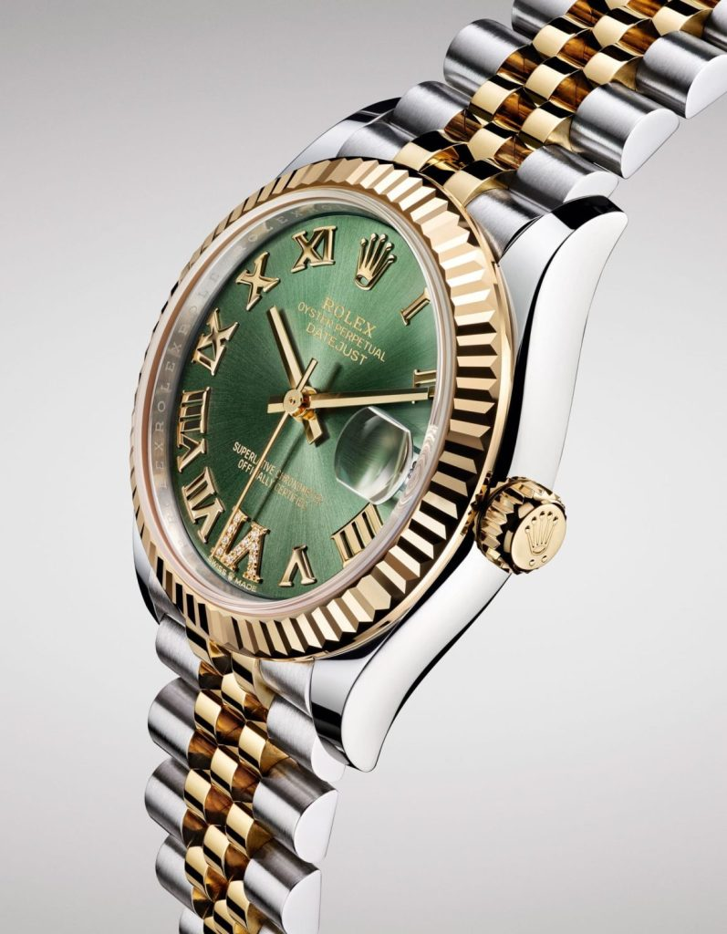 With its 31mm diameter, the Rolex Oyster Datejust 31 can be considered as a medium-small sized reference among the Datejust models Rolex designed for women.