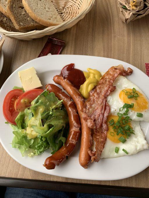 Śniadanie WARS - Frühstück im Speisewagen mit frischem Spiegelei