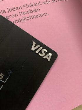 Glänzendes, reliefartiges VISA-Logo auf Kartenrückseite