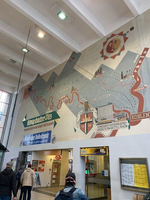 Wandbild Trier Hbf mit Streckenkarte der Region