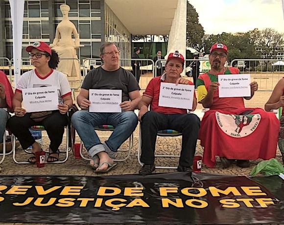 Na porta do STF, membros da Frente Campesina fazem greve de fome pela libertação de Lula.