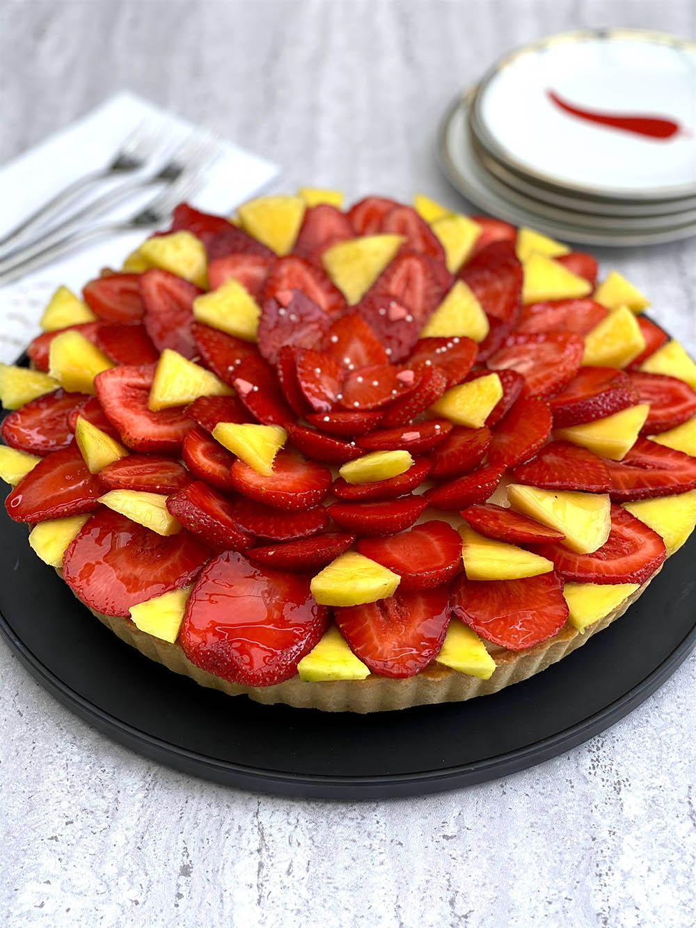 Crostata con mousse al mango e fragole