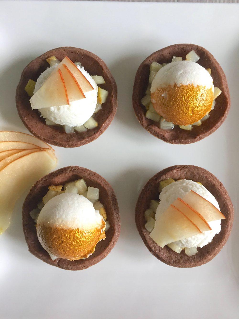 Tartellette al cacao e mousse di pera