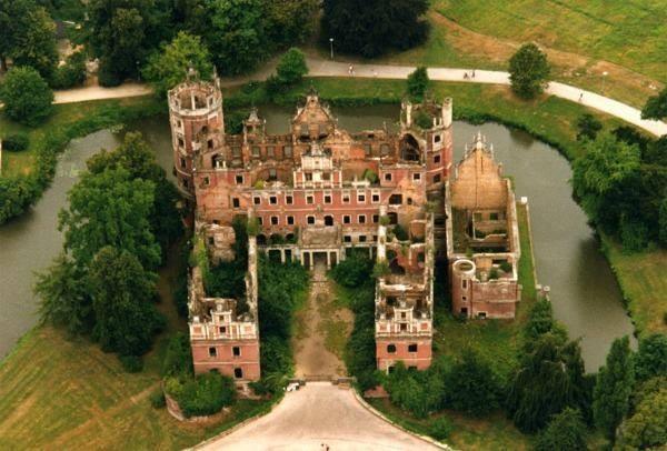 Nowy zamek zniszczony przez front podczas II Wojny Światowej