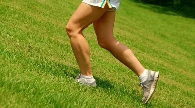 beneficios de correr por césped