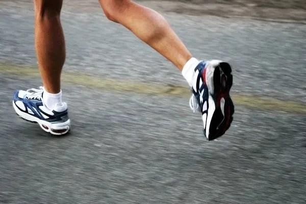 correr cuesta abajo