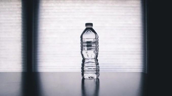 Hidratate de manera continua tiene muchos beneficios tomar agua al entrenar