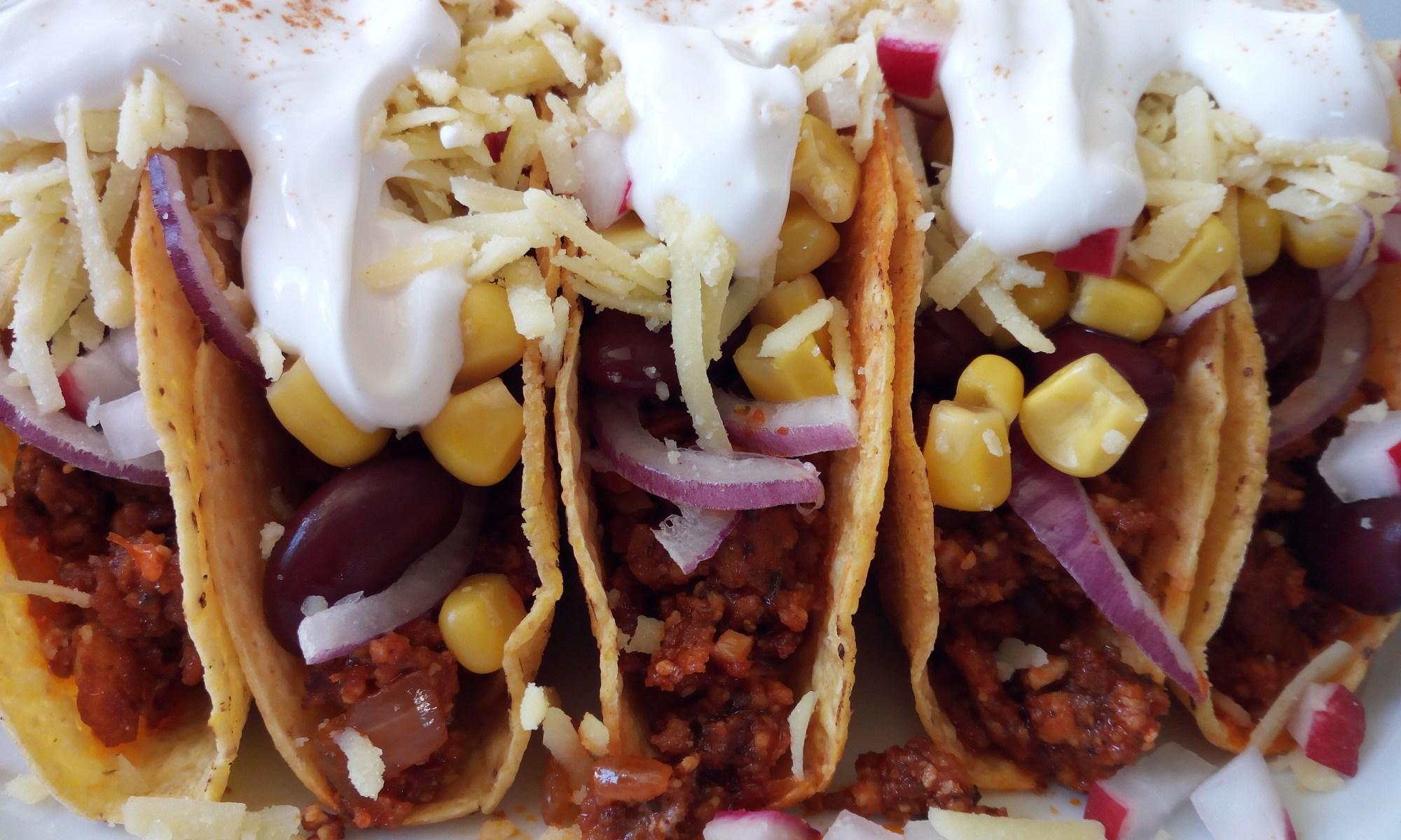 Chili Shells - fünf gefüllte Tacco Shells mit Chili, Kidneybohnen, Mais, roten Zwiebeln, veganem Käse und als Topping Crme Vega
