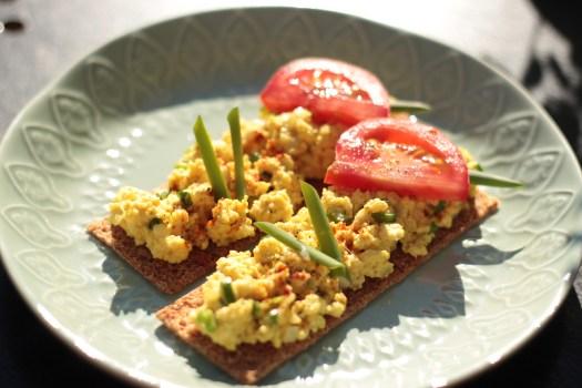 Breake Egg - Das pflanzliche Rührei, zubreitet aus zarten Nautur-Tofu, leckeren Gewürzen, saftigen Tomaten, süßem Agavendicksaft und frischem Schnittlauch