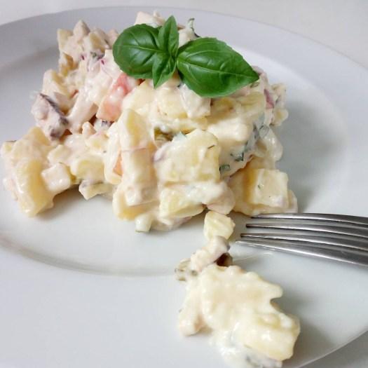 Potato Party - Der perfekte Kartoffelsalat für jede Haus- und Grill-Party, mit leckerer selbstgemachter Mayonnaise, Gewürzgurken, saftigen Apfel, herzhaften Räuchertofu und frischen Kräutern.