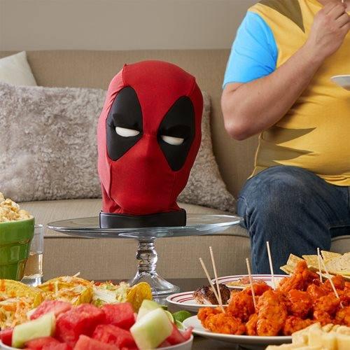 Cabeza de Deadpool en mesa