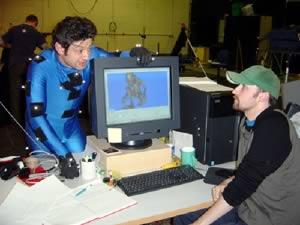 Andy Serkis e uno degli animatori Weta durante la post-produzione de Il Signore degli Anelli e Le Due Torri. Si notino i Cybergloves e, sul viso, i numerosi punti per la Facial MoCap