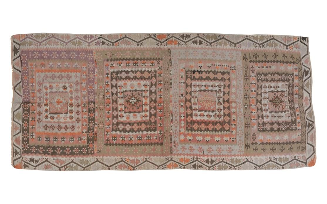 Stor tyrkisk kelim tæppe i sarte farver af rosa og grå med kontraster af orange og sort. Tæpper sælges i København