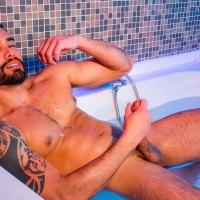 Guido Plaza se casca un buen pajote en el jacuzzi | MASQULIN