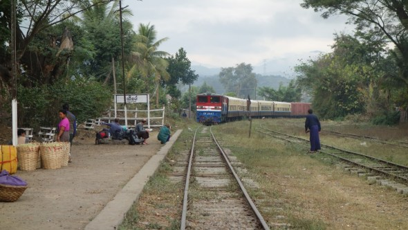 train pulling into Hsipaw station