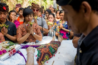Jamie Chan, Funeral, traditions, dead body, balinese cremation ceremony, No Foreign Lands, Leica, Bali, Indonesia, Travel