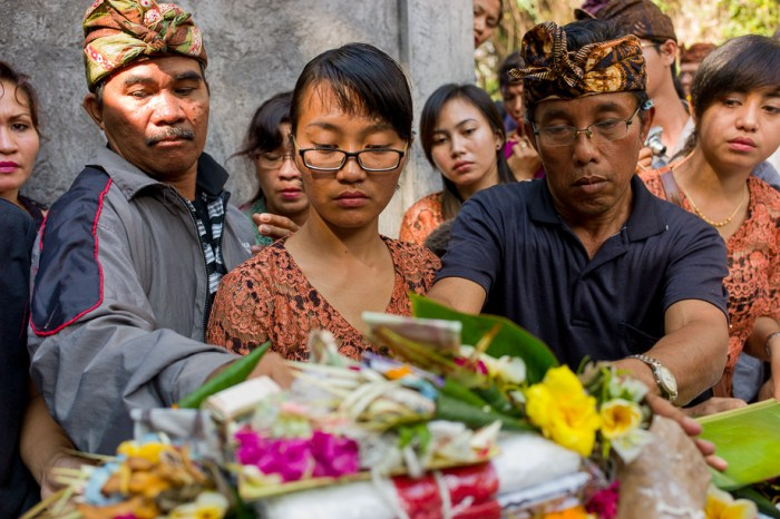Indonesia, Bali, Ubud, Foundry 2015, Jamie Chan, No Foreign Lands, Leica, Prayer, ceremony, body, daugther