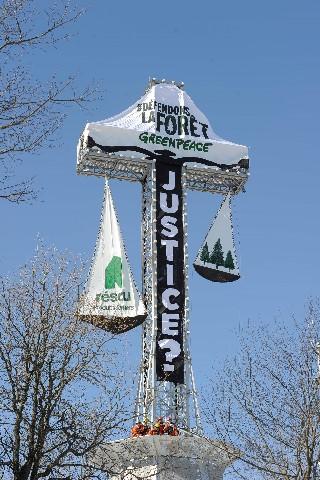 mont_royal_cross_greenpeace