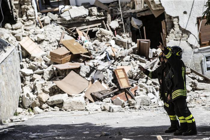 Vigili del Fuoco a lavoro tra le macerie ad Arquata, il giorno dopo il terremoto, Rieti 25 agosto 2016. ANSA/ANGELO CARCONI Firemen at work among the wreckages of the houses in Arquata hitted yesterday by an earthquake of magnitudo 6.0. Rieti, 25 agosto 2016. ANSA/ANGELO CARCONI