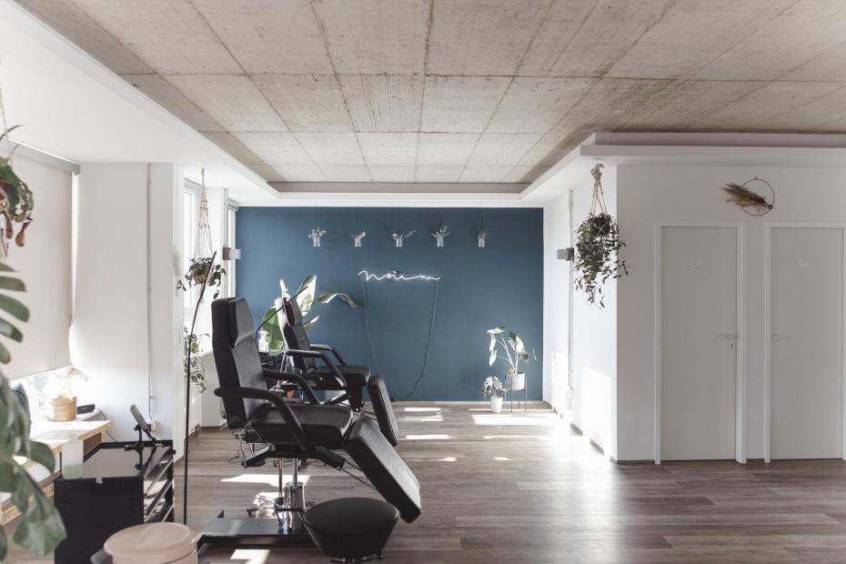Impression aus dem Atelier Noir nu. Unser luftiger und heller Arbeitsbereich soll für Offenheit und Begegnungen stehen.
