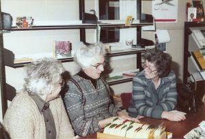 De kaartenbakken aan de Molenweg met erachter v.l.n.r. Dien 't Jong, Mimy Verkaik en Annie Zwart.