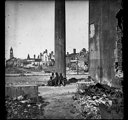Charleston, S.C. View of ruined buildings through porch of the Circular Church (150 Meeting Street). (LOC Civil War Collection, in the Public Domain)