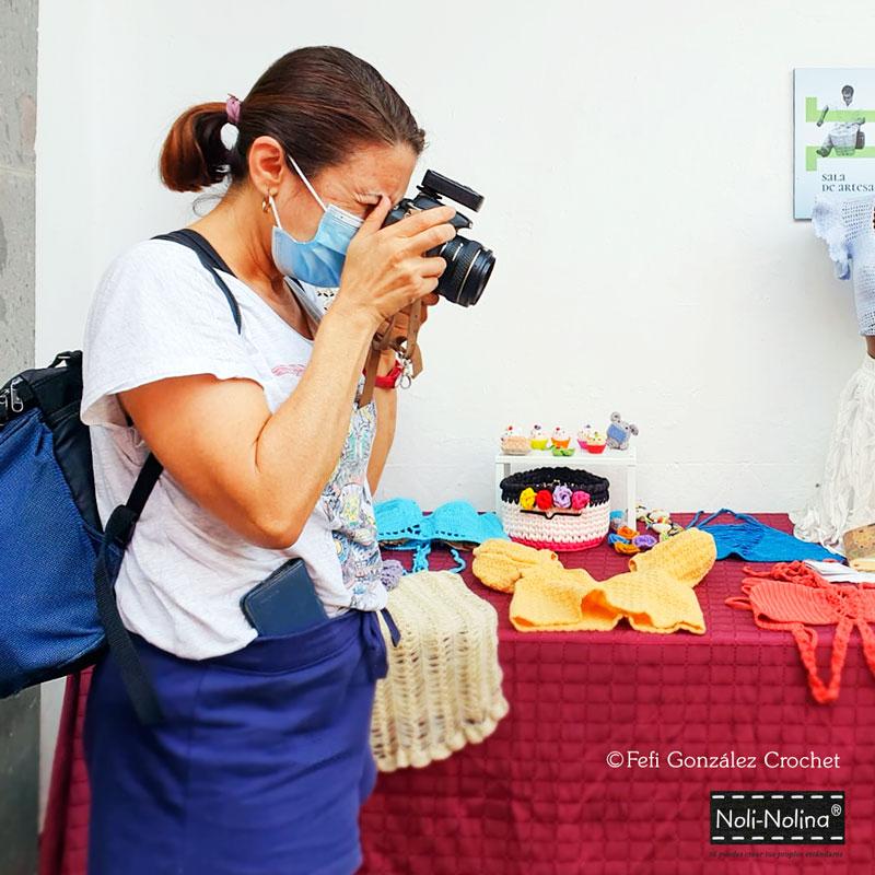 Noly Gil fotografiando los productos de Fefi González Crochet en La Tiendita