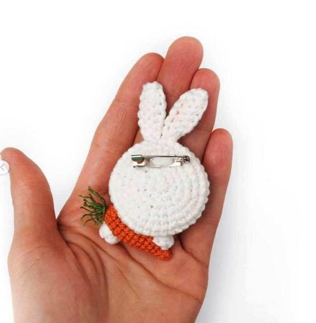 Chart gài áo thỏ trắng ôm cà rốt