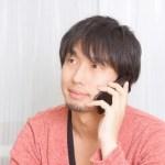 電話する男性(大川さん)