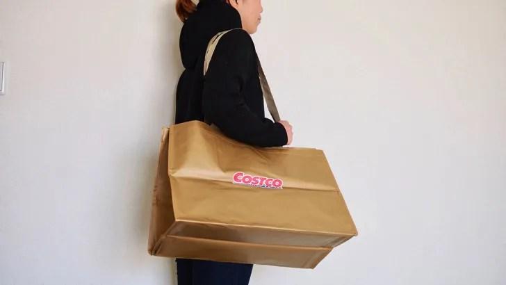 コストコのショッピングバッグ(女性が肩にかけた様子)
